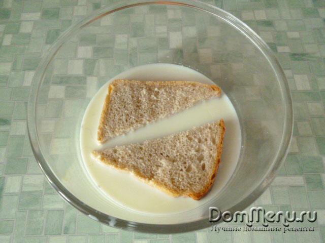 Вымачиваем хлеб в молоке