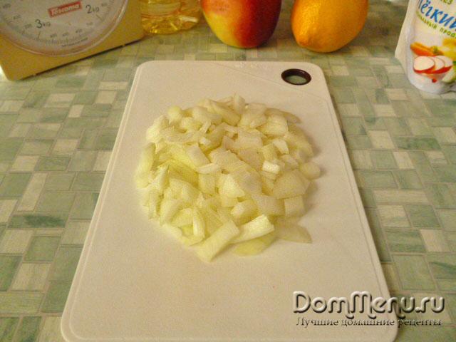 Нарезаем лук для слоеного салата