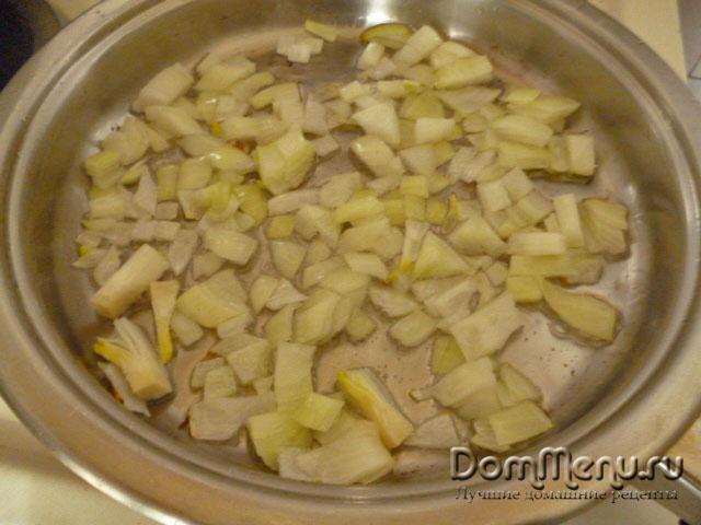 Обжариваем лук для слоеного салата